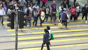 慢动作走在繁忙的交叉点的人群人在香港街道 影视素材