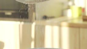 慢动作面粉通过筛子磨损处 面粉过滤 烘烤 股票视频
