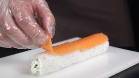 慢动作食物概念 准备可口卷的专业寿司厨师在商业厨房 厨师投入切 股票视频
