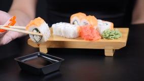 慢动作食物英尺长度 日本料理店海鲜菜单 健康吃,饮食,节食的概念 特写镜头被射击  股票录像