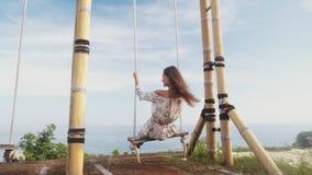 慢动作,在摇摆的女孩摇摆,享受海洋和休息美丽的景色  影视素材