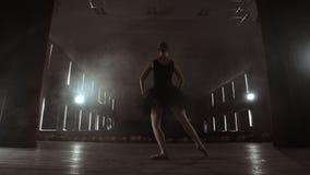 慢动作:在排练在反对的黑暗的光的阶段的prima芭蕾表现 从大厅的光 影视素材