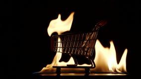 慢动作:在火的购物的台车 股票视频