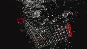 慢动作:手推车在水中落 股票录像