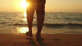 慢动作:海上和日落的人步行 股票视频