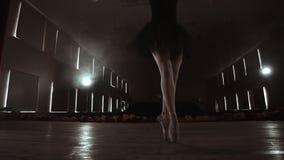 慢动作:芭蕾舞女演员的腿和照相机的光滑的运动的特写镜头在pounts的沿垂直的轴的 股票录像