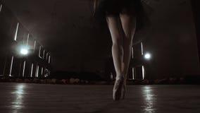 慢动作:芭蕾舞女演员的腿和照相机的光滑的运动的特写镜头在pounts的沿垂直的轴的 股票视频
