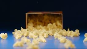 慢动作:落有一个形象的面团的一个箱子 影视素材