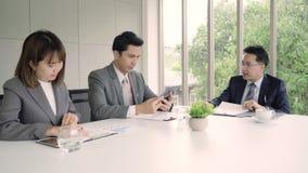 慢动作-商人会议在有他的同事和签署的合同、补充和协议概念工作场所 影视素材