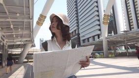 慢动作-快乐的美好的年轻亚洲背包徒步旅行者妇女方向和看在定位图,当旅行曼谷时 股票视频