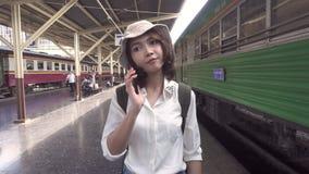慢动作-旅客背包徒步旅行者亚洲妇女旅行在曼谷,泰国 影视素材
