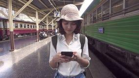 慢动作-旅客背包徒步旅行者亚洲妇女旅行在曼谷,泰国 股票录像
