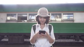 慢动作-旅客背包徒步旅行者亚洲妇女旅行在曼谷,泰国 股票视频
