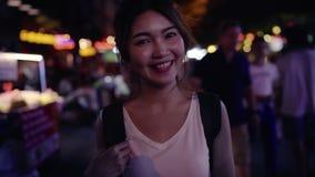 慢动作-旅客背包徒步旅行者亚洲妇女旅行在Khao圣路在曼谷,泰国 影视素材