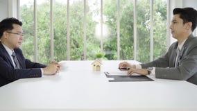 慢动作-签署一个家庭合同和检查协议的商人 做成交的商人买新房 股票视频