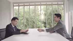 慢动作-签署一个家庭合同和检查协议的商人 给金钱的商人,当做成交时 股票录像