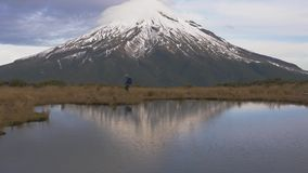 慢动作- wlking发怒看法的旅客对taranaki火山在新西兰的北部海岛和有的 股票视频