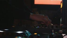 慢动作DJ在夜总会调整在音响器材的混杂的音乐 影视素材