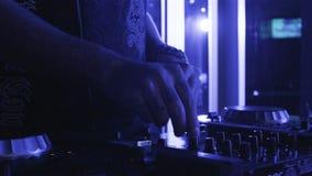 慢动作DJ在夜总会调整在音响器材的音乐声音 股票视频