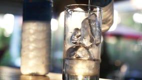 慢慢地倾吐在玻璃的水 冰立方体在饮料的 慢的行动 1920x1080 股票录像