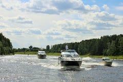 慢慢地巡航河反对蓝天的一些艘豪华游船 晴朗的日 免版税图库摄影