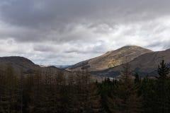 慢慢地清除在山的喜怒无常的雨云 免版税库存图片