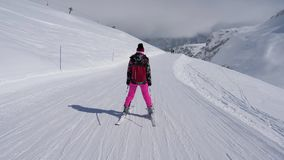 慢慢地滑雪下来在山的滑雪倾斜的滑雪者妇女 股票视频
