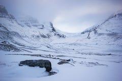 慢慢地熔化从巨大的athabasca galcier下面多云天空,班夫国家公园,加拿大的冰和岩石 免版税库存图片