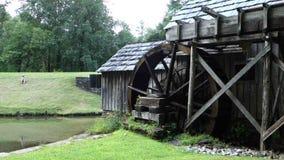 慢慢地转动在历史的mabry磨房的一个老,被保存的水轮 股票视频