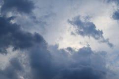 慢慢地飞行在天空的美丽的黑暗的云彩 库存图片