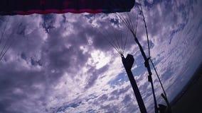 慢慢地登陆在绿色领域的降伞的专业跳伞运动员 低高度 影视素材