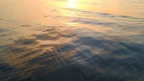 慢查寻从海挥动对日落在海天线 影视素材