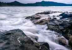 慢水在风大浪急的海面 免版税图库摄影