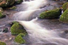 慢流的行动的河 库存图片