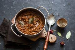 慢烹饪器材牛肉ragu 在黑暗的背景的缸罐被炖的牛肉 库存图片