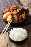 慢煮熟的牛肋骨和米装饰在桌上的特写镜头 Ve 免版税库存照片