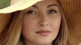 慢的行动 年轻和美丽的妇女 美丽的帽子秸杆妇女 影视素材