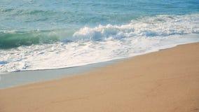 慢的行动 泡沫似的波浪沿海岸线跑 股票录像