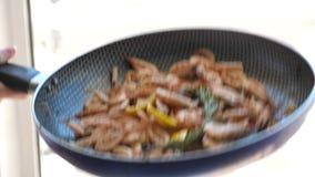 慢的行动 烹调虾 倾吐的虾 影视素材