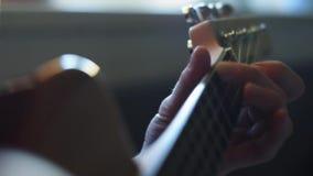 慢的行动 特写镜头吉他使用 吉他弹奏者击中guita的串 股票视频