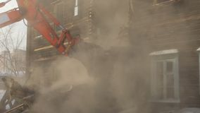 慢的行动 被毁坏的老房子的爆破 减少大厦 影视素材