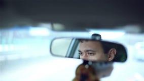 慢的行动 镜子的微笑的人,当驾驶汽车在城市时 影视素材
