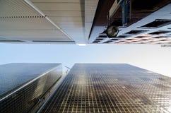 慢行大块玻璃现代大厦眼睛视图  图库摄影