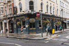 慢跑者和步行者在博物馆小酒馆前面在英国M附近 免版税库存图片