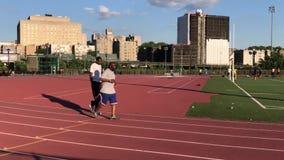 慢跑者在洋基体育场附近的奔跑轨道 股票视频