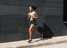 年轻慢跑者正面图  免版税库存照片