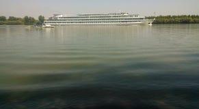 慢通过在多瑙河的游轮! 免版税库存图片