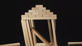 慢:木房子的破坏由地震-模仿(正面图)的 影视素材