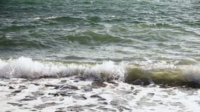 慢mo天蓝色的波浪爬行岸上 股票录像