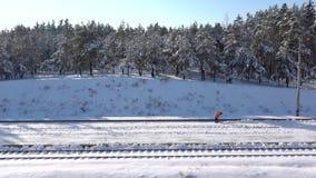 慢mo英尺长度 工作者清洗在火车站的雪 股票录像